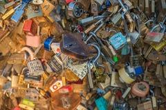 Pont d'amour complètement des casiers à Paris Images libres de droits