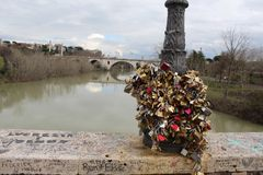 Pont d'amour de cadenas Photos stock
