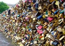 Pont d'amour de Paris, France, le 5 juillet 2014 la Seine décoré par des cadenas, Paris photo stock