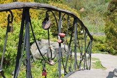 Pont d'amour en parc de Feofania Photographie stock libre de droits