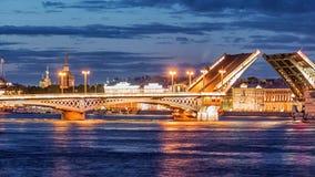 Pont d'annonce, le pont-levis, le pont sur la rivière Neva, St Petersbourg, Russie banque de vidéos