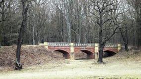Pont d'Art Nouveau de brique rouge banque de vidéos