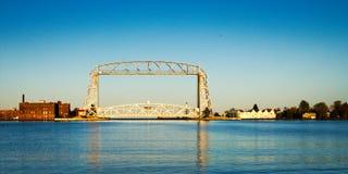Pont d'ascenseur aérien de Duluth Minnesota dans la fin de l'après-midi du port images stock