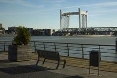 Pont d'ascenseur au-dessus de vieille rivière de Maas, Pays-Bas Image stock