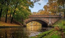 Pont d'automne au-dessus de canal à Riga, Lettonie Photographie stock