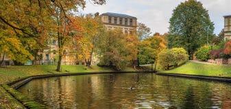 Pont d'automne au-dessus de canal à Riga, Lettonie Image libre de droits