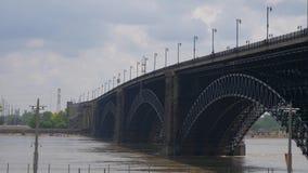 Pont d'Eads au-dessus du fleuve Mississippi dans le Saint Louis de Louis de saint, Etats-Unis - 19 juin 2019 banque de vidéos
