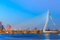 Pont d'Erasmus au-dessus de la rivière la Meuse à Rotterdam, la Hollande-Méridionale, Pays-Bas pendant le crépuscule image stock