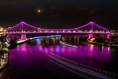 Pont d'histoire dans le rose sous la lune photos stock