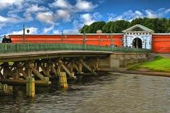 Pont d'Ioannovsky et porte de Peter et de Paul Fortress photos stock
