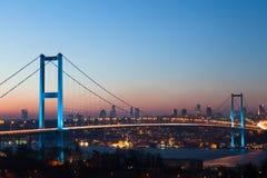 Pont d'Istanbul Bosphorus la nuit Image stock