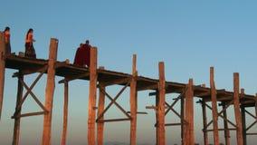 Pont d'U Bein dans Amarapura, Mandalay, Laos banque de vidéos