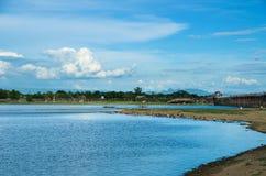 Pont d'U-bein et lac Taungthaman Photos stock