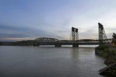 Pont d'un état à un autre au-dessus du fleuve Columbia au crépuscule Photographie stock libre de droits