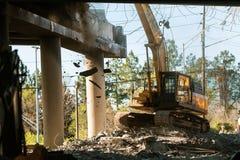 Pont d'un état à un autre de Crane Knocks Debris Off Imploded Atlanta images libres de droits