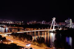Pont d'Upraising national slovaque, le Danube, capitale Bratislava, Slovaquie photographie stock