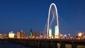 Pont dans Dallas après l'obscurité image stock