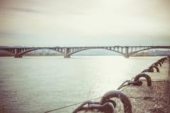 Pont dans Krasnoïarsk à travers le fleuve Ienisseï Photographie stock libre de droits