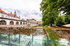 Pont dans la ville de Ljubljana, avec des serrures comme symbole de l'amour Tradition romantique en capitale de la Slovénie photo stock