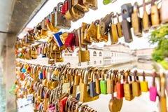 Pont dans la ville de Ljubljana, avec des serrures comme symbole de l'amour Tradition romantique en capitale de la Slovénie image libre de droits