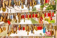 Pont dans la ville de Ljubljana, avec des serrures comme symbole de l'amour Tradition romantique en capitale de la Slovénie photographie stock libre de droits