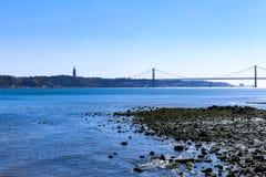 Pont dans la ville du fer de Lisbonne pour traverser la rivière Pont pour le transport des voitures et des trains photographie stock