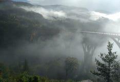 Pont dans le brouillard photographie stock libre de droits