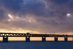 Pont dans le coucher du soleil photographie stock