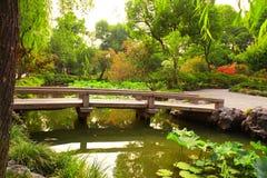 Pont dans le jardin de l'administrateur humble à Suzhou, Chine images libres de droits