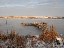 pont dans le lac congelé par hiver Photographie stock