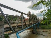 Pont dans le village image stock