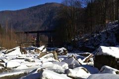 Pont dans les montagnes Images stock