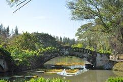 Pont dans Suanluang RAMA IX à l'arrière-plan de ciel bleu Photos libres de droits