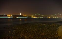 Pont de 25 Abril pendant la nuit Image stock