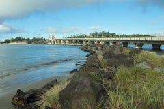 Pont de baie d'Alsea et jetée de roche Images stock