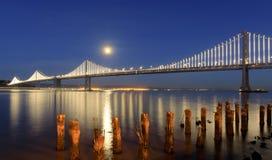 Pont de baie de San Francisco-Oakland avec la pleine lune se levant au crépuscule Images stock
