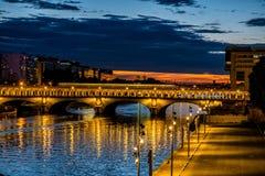Pont de Bercy avec la métro à Paris pendant l'heure bleue en été Photographie stock libre de droits