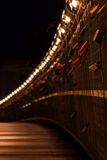Pont de Bernatka au-dessus du fleuve Vistule dans la nuit dans la ville de Cracovie Photos libres de droits