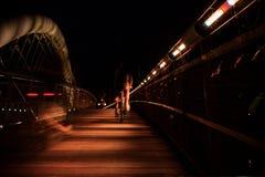 Pont de Bernatka au-dessus du fleuve Vistule dans la nuit dans la ville de Cracovie Photographie stock libre de droits