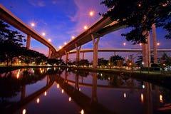 Pont de Bhumibol avec la réflexion d'horizon au crépuscule Photographie stock libre de droits