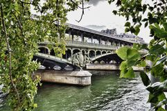Pont de BIR-Hakeim, Paris Photographie stock libre de droits