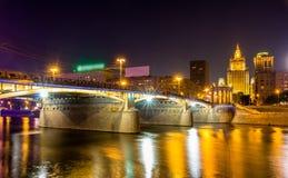 Pont de Borodinsky à Moscou par nuit Photographie stock libre de droits