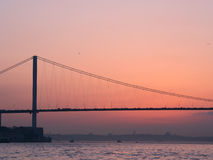 Pont de Bosphorus au coucher du soleil Images stock