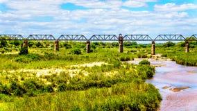 Pont de botte ferroviaire au-dessus de Sabie River au camp de repos de Skukuza en parc national de Kruger images libres de droits