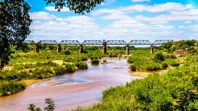 Pont de botte ferroviaire au-dessus de Sabie River au camp de repos de Skukuza en parc national de Kruger images stock