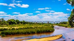 Pont de botte ferroviaire au-dessus de Sabie River au camp de repos de Skukuza en parc national de Kruger photos stock