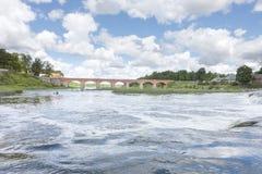 Pont de brique rouge au-dessus de rivière de Venta dans Kuldiga images libres de droits