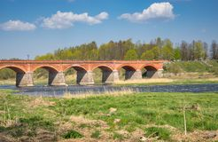 Pont de brique ? travers la rivi?re de Venta dans la ville de Kuldiga en Lettonie photo libre de droits