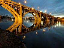 Pont de Broadway la nuit Photographie stock libre de droits