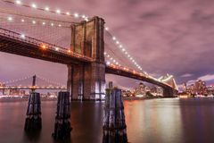 Pont de Brooklyn au crépuscule, New York City, Etats-Unis images libres de droits